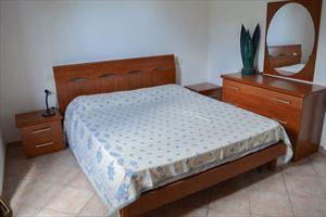 Bilocale Picolit : спальня с двуспальной кроватью