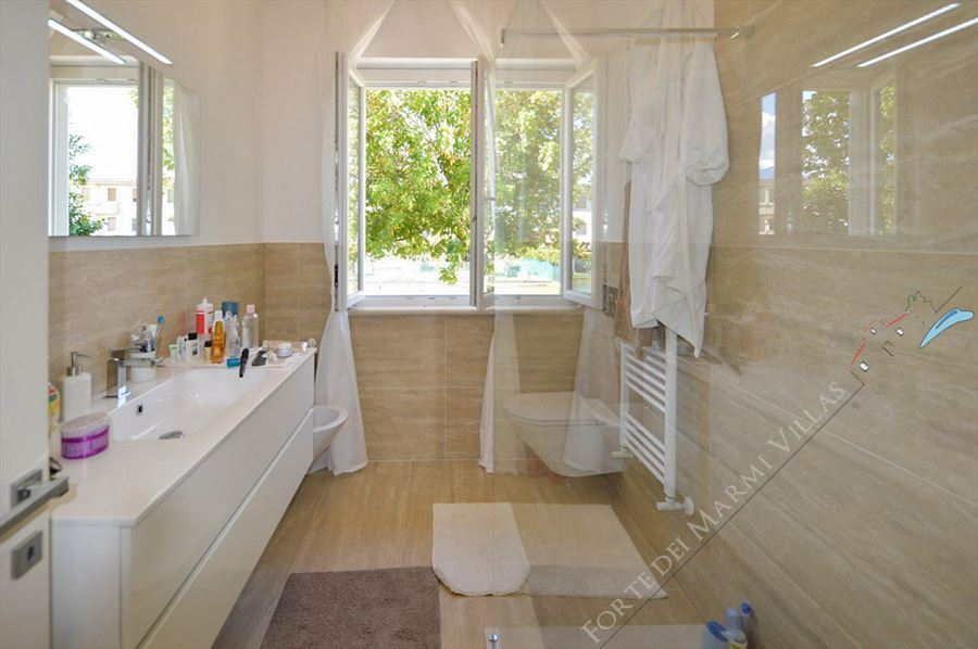 Villa Musa : Bathroom with shower