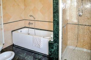 Appartamento Susina : Ванная комната с ванной