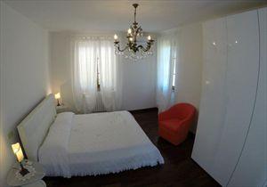 Villa Fiorella    : спальня с двуспальной кроватью