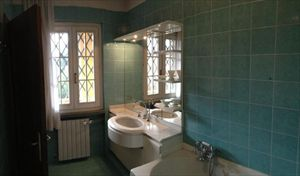 Villa Sassicaia : Bathroom with shower