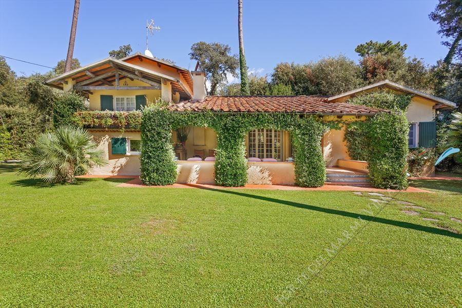 Villa Di Sapore detached villa to rent and for sale Forte dei Marmi