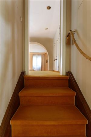 Villa Di Sapore : лестница с деревянным покрытием