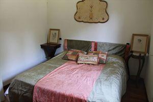 Villa  Ronchi Mare : спальня с двуспальной кроватью