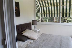 Villa  Ronchi Mare : спальня с двумя кроватями