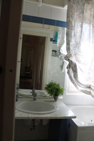 Villa  Ronchi Mare : Bathroom with tube