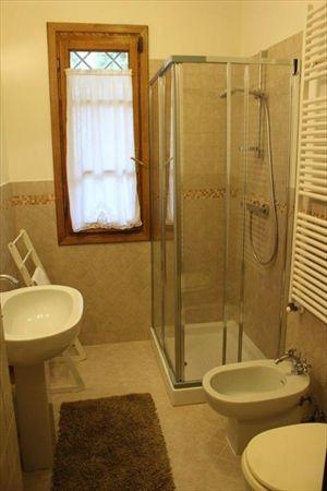 Villa Fiorella    : Ванная комната с душем