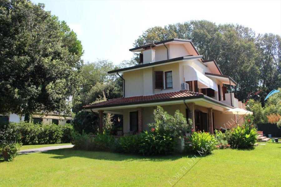 Villa Fiorella    Detached villa  for sale  Forte dei Marmi
