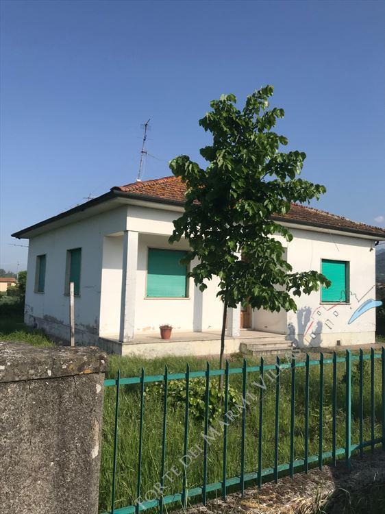 Villa    Campagna  Pietrasanta  - 5 vani Pietrasanta