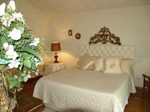 Villa Mirabella  : спальня с двуспальной кроватью