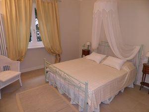 Villa Cavallini : спальня с двуспальной кроватью