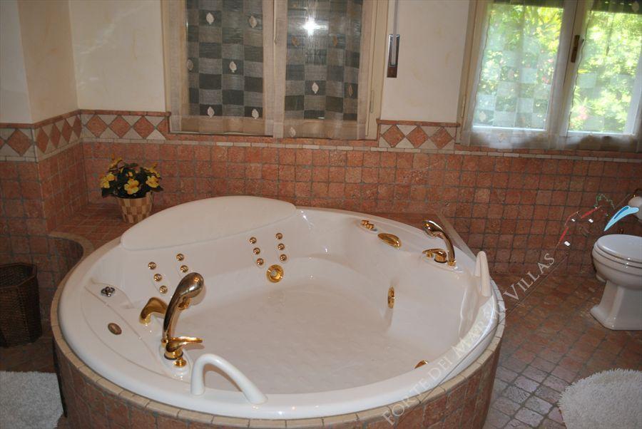 Villa Pineta : Bathroom with tube