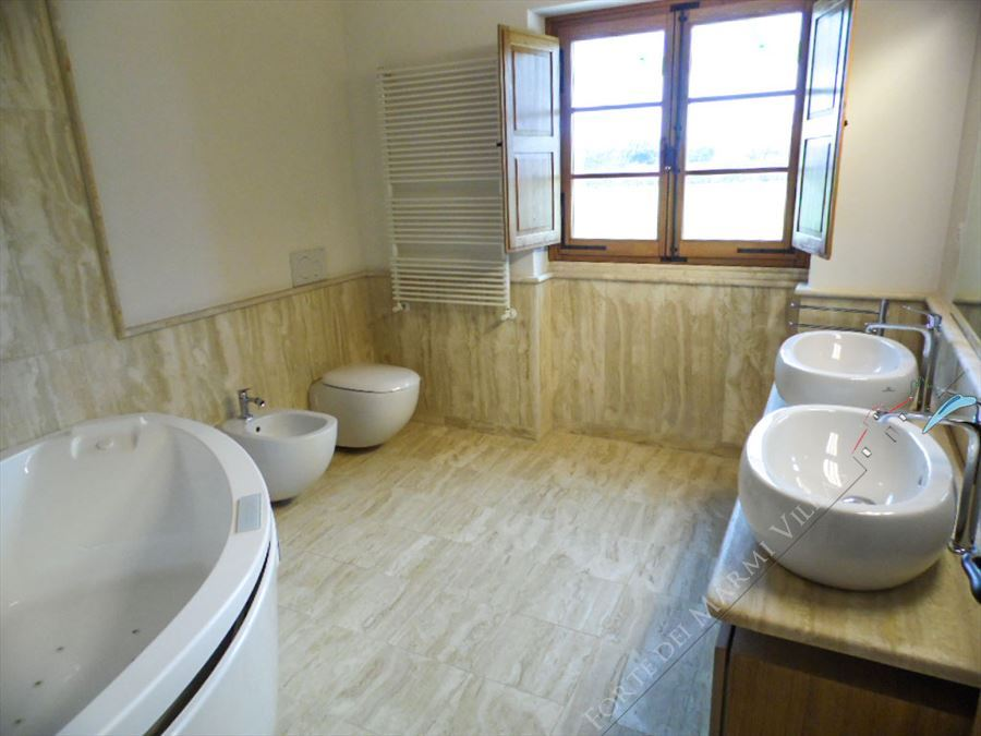 Villa Maestosa : Bathroom with tube