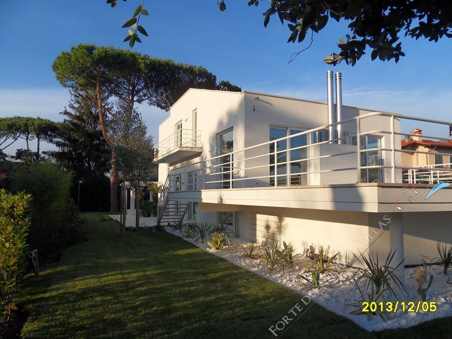 Villa Lucente   detached villa to rent and for sale Forte dei Marmi
