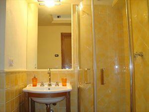 Villa Rosmarino : Bagno con doccia