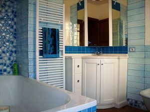 Villa Rosmarino : Bagno con vasca