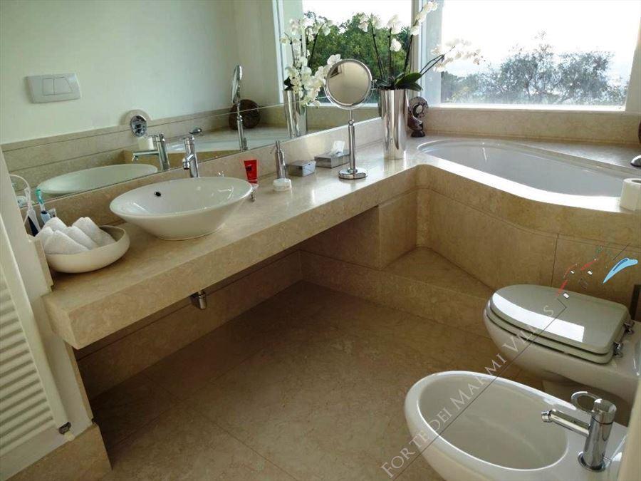 Villa Livia : Bagno con vasca
