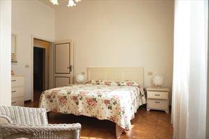 Villa Amelia : спальня с двуспальной кроватью