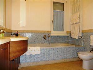 Villa  Arcobaleno  : Bathroom with tube