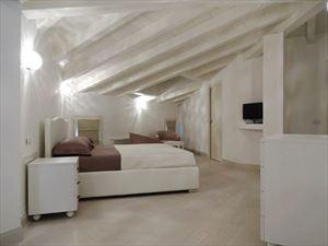 Villa Azzurra  : спальня с двуспальной кроватью