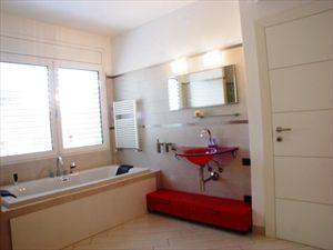 Villa Bella : Bathroom with tube