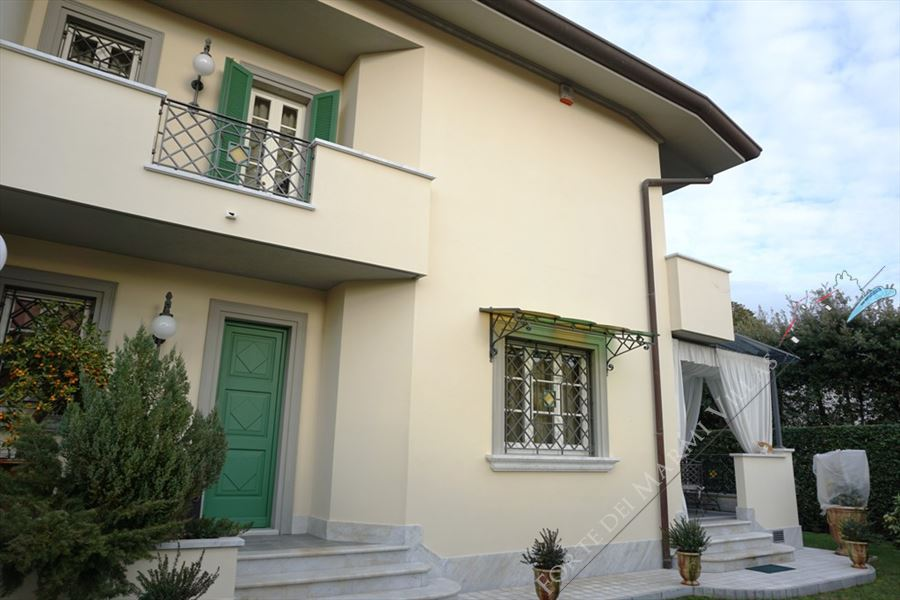 Villa Bijou semi detached villa to rent Forte dei Marmi