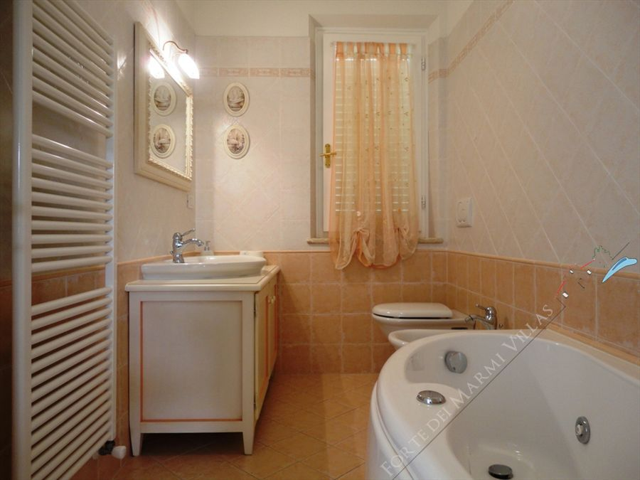 Villa Calipso : Bathroom with tube