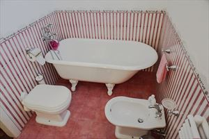 Villetta Camelia : Bathroom with tube