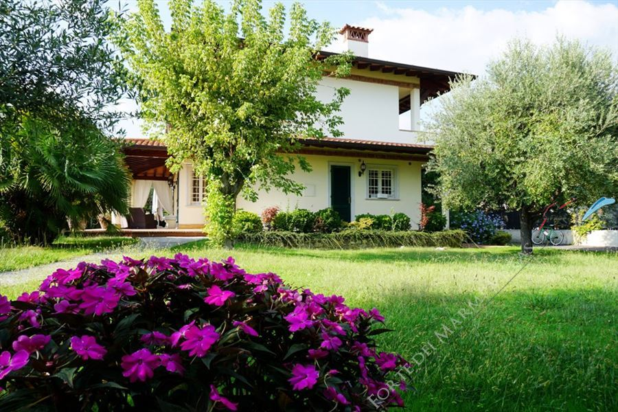 Villa Carrara detached villa to rent Forte dei Marmi