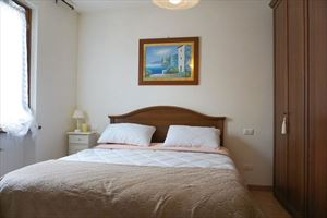 Villa Cinzia : спальня с двуспальной кроватью