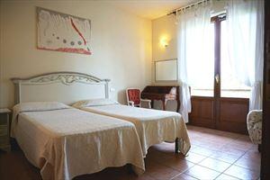 Villa Cinzia : спальня с двумя кроватями