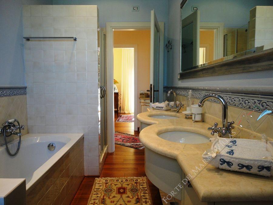 Villa Cleopatra : Bathroom with tube