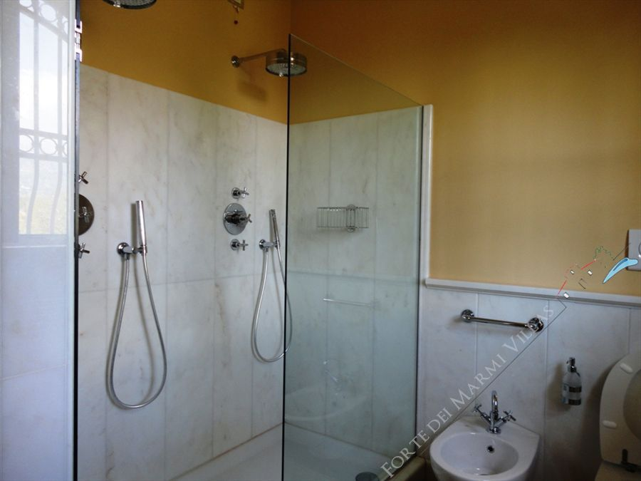 Villa Cleopatra : Bathroom with shower
