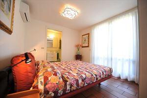 Villa Cora : спальня с двуспальной кроватью