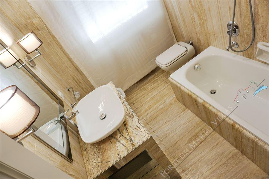 Villa Costa : Bathroom with tube