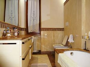Villa Dalia : Bathroom with tube