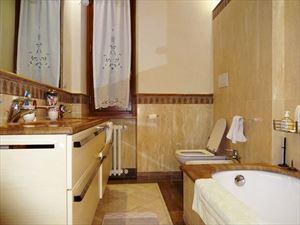 Villa Dalia : Ванная комната с ванной