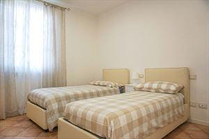 Villa Denise : спальня с двумя кроватями