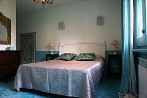 Villa Diantha : спальня с двуспальной кроватью