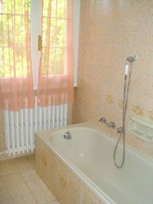 Villa Emiliana : Bathroom with tube