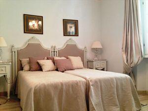 Villa Fiona : спальня с двумя кроватями