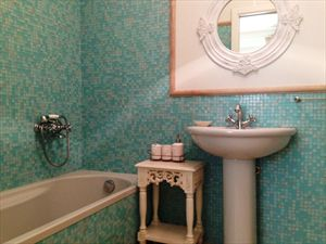 Villa Fiona : Bathroom with tube