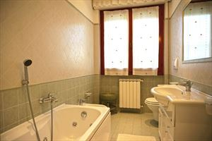 Villa Fior di Loto : Bathroom with tube