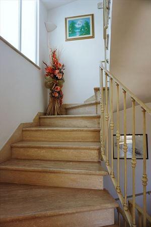 Villa Giovanna : мраморная лестница