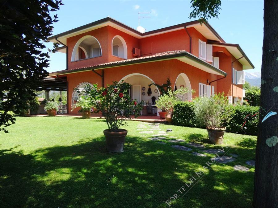 Villa ortensia villa singola forte dei marmi for Villa singola moderna