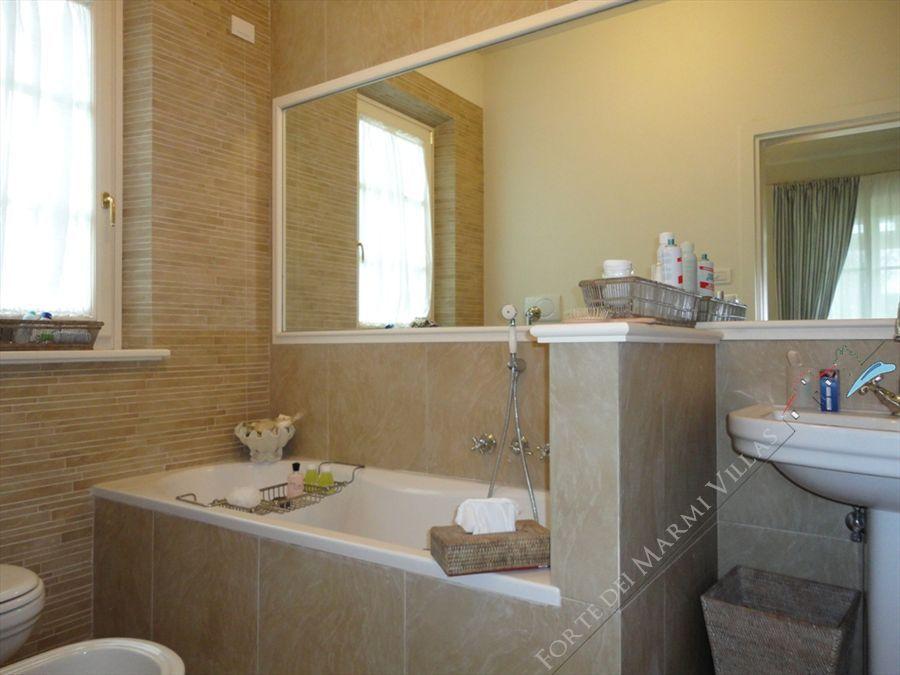 Villa Iris  : Bathroom with tube