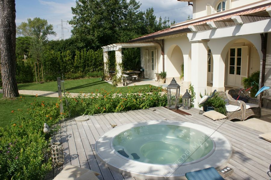 Villa Iris  detached villa to rent and for sale Forte dei Marmi