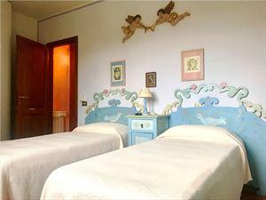 Villa Katia : спальня с двумя кроватями