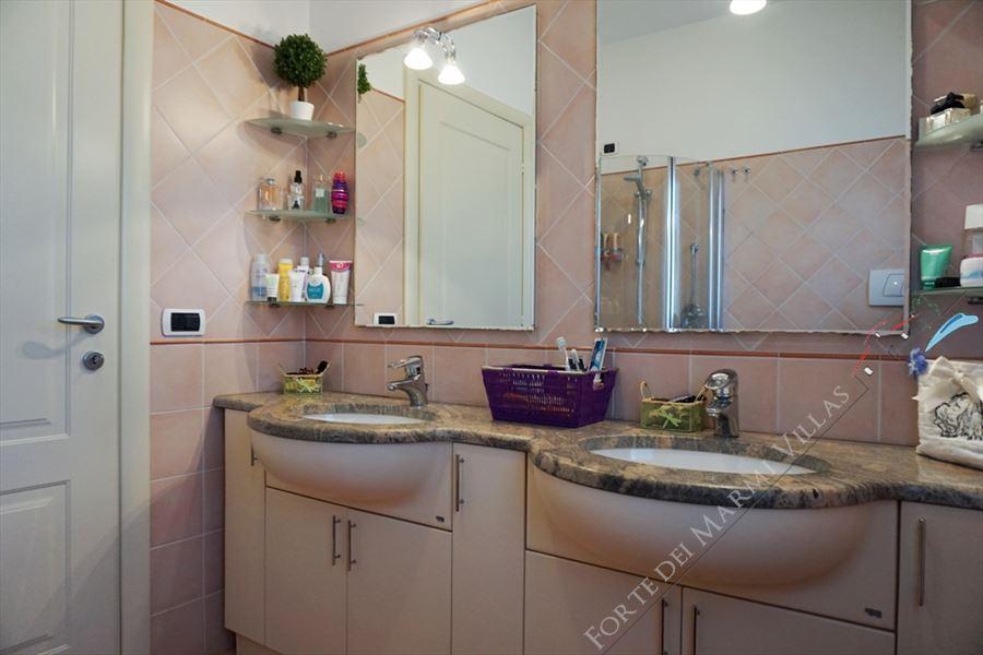 Villa Laura : Bathroom with shower