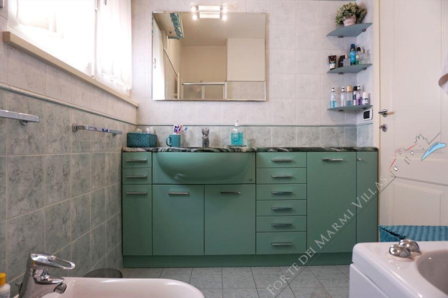 Villa Laura : Bathroom with tube